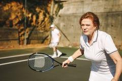 gram starszej kobiety tenisa zdjęcia stock