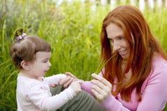 Grama ao ar livre do bebê e da matriz que joga o parque Foto de Stock Royalty Free