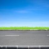 Grama da borda da estrada e céu azul Fotografia de Stock Royalty Free