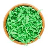 Grama da Páscoa do papel verde na bacia de madeira sobre o branco Imagem de Stock
