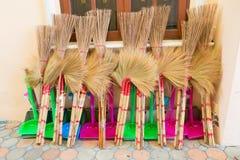 Grama das palmas da vassoura e de coco para a reciclagem e o dia de limpeza, foto de stock