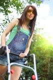 Grama de sega da mulher com lawnmower fotografia de stock