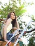 grama de sega da mulher com lawnmower fotos de stock royalty free