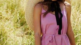 A grama do ponto da paisagem brilhante longa 'sexy' nova bonita do fundo da natureza da composição do cabelo da mulher e o modelo filme