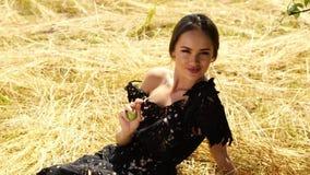 A grama do ponto da paisagem brilhante longa 'sexy' nova bonita do fundo da natureza da composição do cabelo da mulher e o modelo vídeos de arquivo