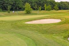 Grama ondulada perfeita em um campo do golfe Fotos de Stock Royalty Free