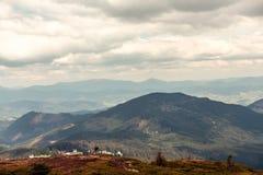 Grama verde com céu azul e montanha da neve Imagens de Stock