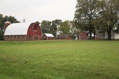 Grama verde do celeiro rural da casa da exploração agrícola imagem de stock royalty free