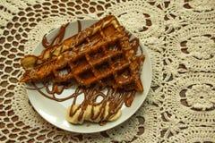 Grama verde no orvalho da manhã, fundo bonito do verão no ar livre Fundo erval verde Bolo do waffle com o chocolate imagens de stock