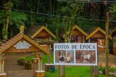 GRAMADO,巴西- 2016年5月06日:提供纪念品的一些小店,全部作为背景的树 图库摄影