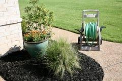 Gramado ajardinado com flores e arbustos Fotografia de Stock Royalty Free