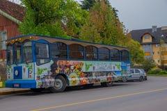 GRAMADO, BRASIL - 6 DE MAIO DE 2016: o ônibus agradável e do colorfull estacionou na rua na frente de algumas árvores Imagens de Stock Royalty Free