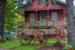 GRAMADO, BRASILIEN - 6. MAI 2016: netter und alter Warenkorb parkte im Garten in der Front das itatial Erinnerungshaus Lizenzfreies Stockbild