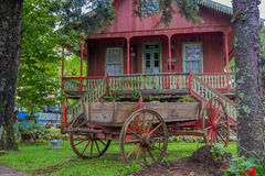 GRAMADO BRASILIEN - MAJ 06, 2016: den trevliga och gamla vagnen som parkeras i trädgården beklär in, det itatial minnes- huset Royaltyfri Bild