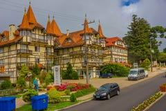 GRAMADO BRAZYLIA, MAJ, - 06, 2016: ładny hotel budujący w niemieckim stylu z żółtymi ścianami, drewnianymi kolumnami i czerwonymi Zdjęcie Royalty Free