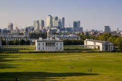Gramado do parque de Greenwich, casa da rainha e Canary Wharf, Greenwich, Londres fotografia de stock
