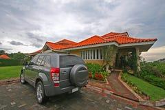 Gramado e veículo da casa Imagem de Stock Royalty Free
