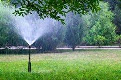 Gramado molhando do sistema de extinção de incêndios velho no jardim Foto de Stock Royalty Free
