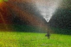 Gramado molhando do sistema de extinção de incêndios velho no jardim Fotos de Stock Royalty Free