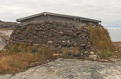 Gramar a isolação em uma casa ártica fotos de stock royalty free
