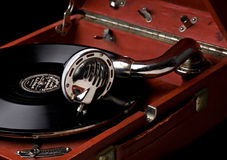 Gramófono con el viejo disco de vinilo Fotografía de archivo