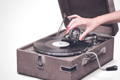 Gramófono portátil viejo con la mano femenina Foto de archivo