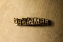 GRAMMAIRE - plan rapproché de mot composé par vintage sale sur le contexte en métal Photographie stock libre de droits