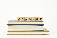 Grammaticawoord op houten zegels en boeken Stock Afbeelding