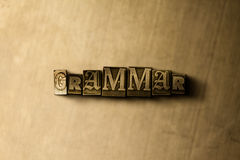 GRAMMATIK - närbild av det typsatta ordet för grungy tappning på metallbakgrunden Royaltyfri Fotografi