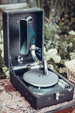 Grammofon på en tabell Arkivfoton