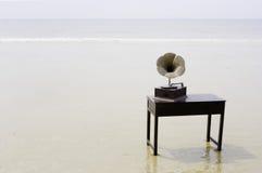 Grammofono alla spiaggia Fotografie Stock Libere da Diritti