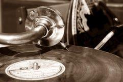 Grammofono d'annata con un vinile Seppia Fotografia Stock