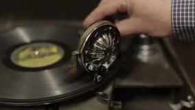 Grammofoon in de antieke winkel stock video
