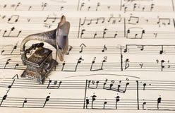 Grammofoon op oude bladmuziek Stock Foto's