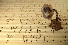 Grammofoon op oude bladmuziek Stock Fotografie