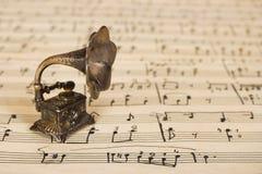 Grammophon auf alter Blattmusik stockfotos