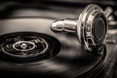 Grammophone jouant le vieux disque, dans la sépia modifie la tonalité Photos libres de droits