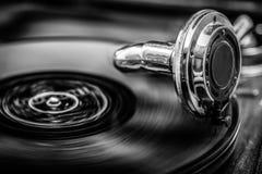Grammophone jouant le vieux disque, en noir et blanc Photographie stock