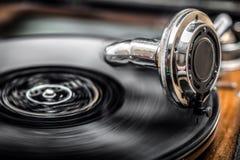 Grammophone jouant le vieux disque, vieille musique de jours Images libres de droits