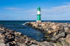 Gramocząsteczka na morza bałtyckiego wybrzeżu w Warnemuende, Niemcy Obrazy Stock