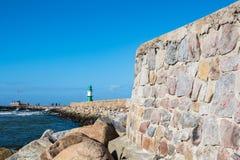 Gramocząsteczka na morza bałtyckiego wybrzeżu w Warnemuende, Niemcy Fotografia Royalty Free