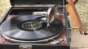 Gramofone acústico que joga um registro da goma-laca video estoque