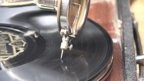 Gramofone acústico que joga um registro da goma-laca vídeos de arquivo