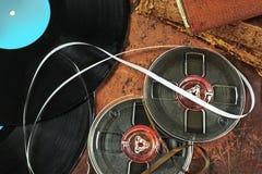 Gramophone αρχεία και ταινία στο αναδρομικό ύφος στοκ φωτογραφίες