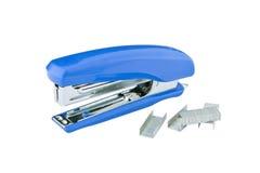 Grampeador azul com grampos Imagem de Stock