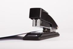 Grampeador do escritório com cartão branco Imagens de Stock Royalty Free