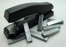 Grampeador e grampos foto de stock
