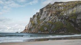 grampo de filme do filme de 4k Timelapse da praia da areia de Bunes com vista a Bunes Fjorden em ilhas de Lofoten em Noruega em u video estoque
