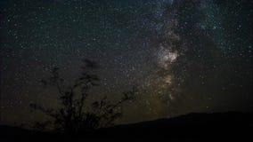 grampo de filme do filme de 4k Timelapse do por do sol do moonset com as fugas da estrela no céu noturno A galáxia da Via Látea q video estoque