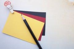 Grampo de madeira, notas pegajosas e lápis Foto de Stock